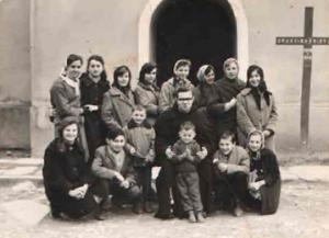 020 Uspomena Ispred crkve na Misije 1960. god.