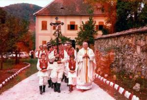 034 Ovo je bio ulaz pred crkvu na svečanu sv. misu 5. IX. 1976. god.