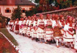 035 Ovo je bio ulaz pred crkvu na svečanu sv. misu 5. IX. 1976. god.