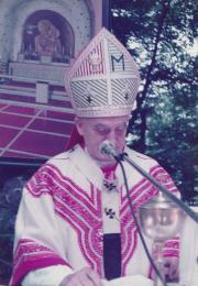 0019 Kardinal Franjo Kuharić za vrijeme služenja sv Mise na Sljemenu kod crkve Kraljice Hrvata 1983 godNa njem je Misnica izrađena u Narodnom vezu koju je izradio Nikola Puntarić