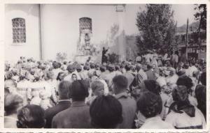 Ova slika je spomen na Anđelsku nedjelju 1966 g Za vrijeme propovijedi s desne strane stoji pjevački zbor Fotografirao je g Franjo Puntarić
